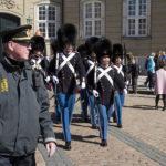 Vagtskiftet på Amalienborg tiltrækker mange turister